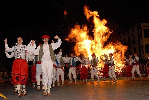 San Juan -urki baila ante la hoguera